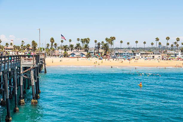 Menschen genießen den Strand und Pier in Newport Beach, Kalifornien – Foto