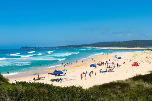 Menschen genießen das sonnige Wetter am One Tree Point Beach, Eurobodalla, einem wunderschönen Strandausflug und einem perfekten Ausflug an der Südküste von NSW, Australien – Foto