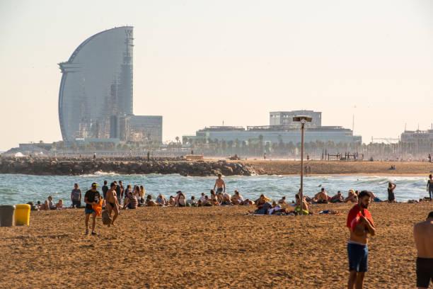 Gente disfrutando de noche caliente en la playa de la Barceloneta, Barcelona, España - foto de stock