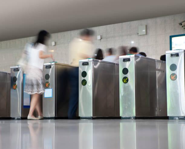 Menschen, die die U-Bahn-Station betreten – Foto