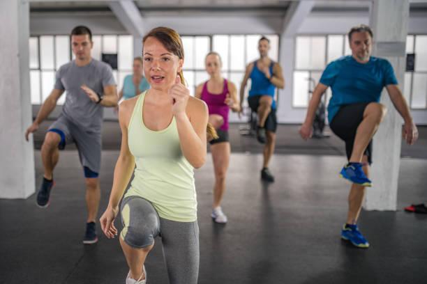 menschen training im fitness-center - damenschuhe 44 stock-fotos und bilder