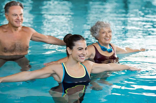 pessoas se exercitando na piscina - comodidades para lazer - fotografias e filmes do acervo