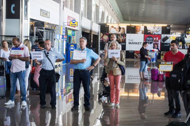 As pessoas esperam que os passageiros na saída no aeroporto de Barcelona - foto de acervo