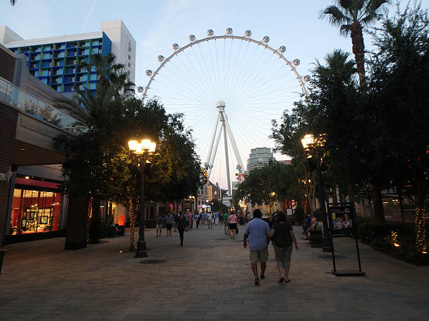 people explore the linq the shopping and dining area - größte städte der welt stock-fotos und bilder