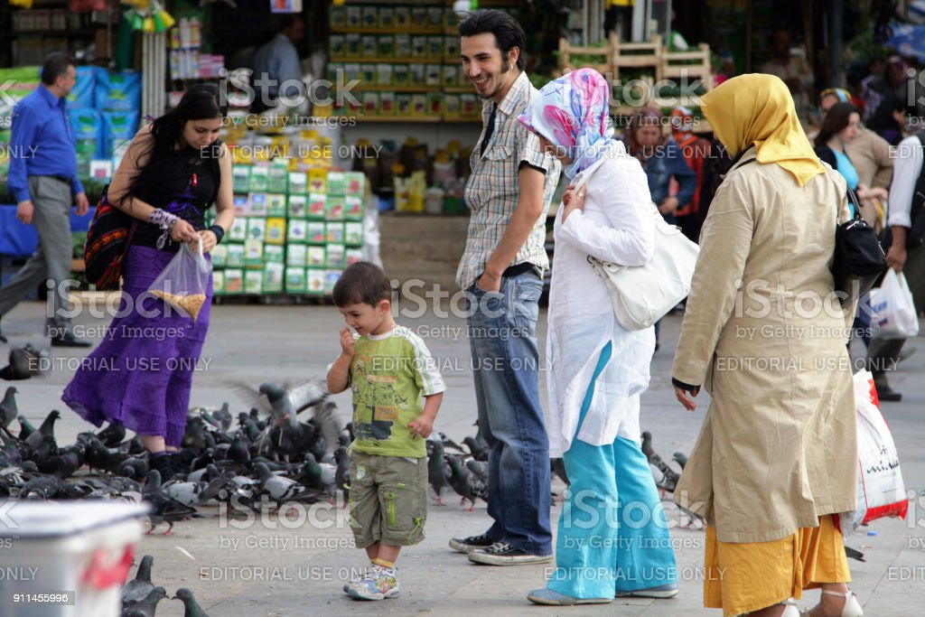 Mensen, duiven voederen in het Eminonu plein, Istanbul foto