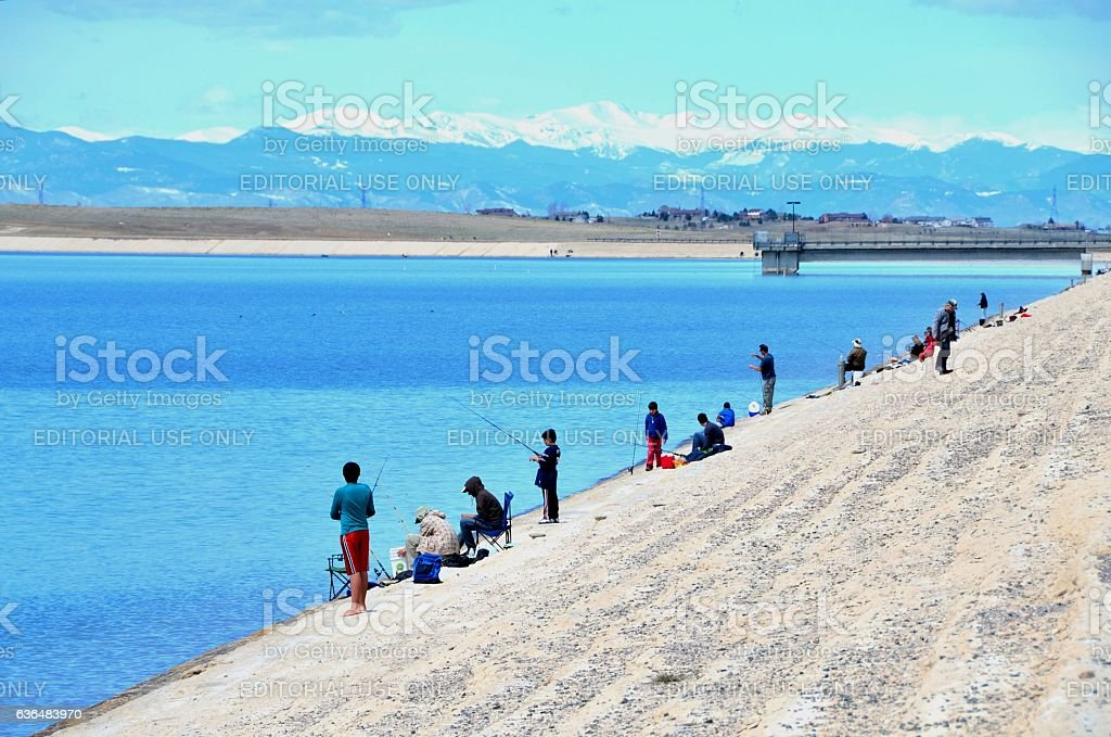 People fishing at the Aurora Reservoir圖像檔