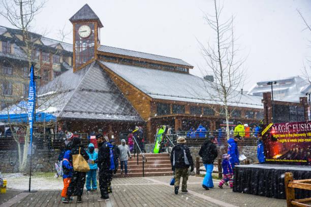 menschen versammeln sich um die himmlischen gondelbahn, south lake tahoe - lake tahoe winter stock-fotos und bilder
