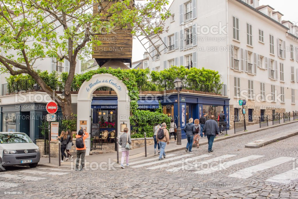 Beroemde Mensen In Parijs.Mensen Verzamelden Zich Bij Het Beroemde Cafe In Montmartre In