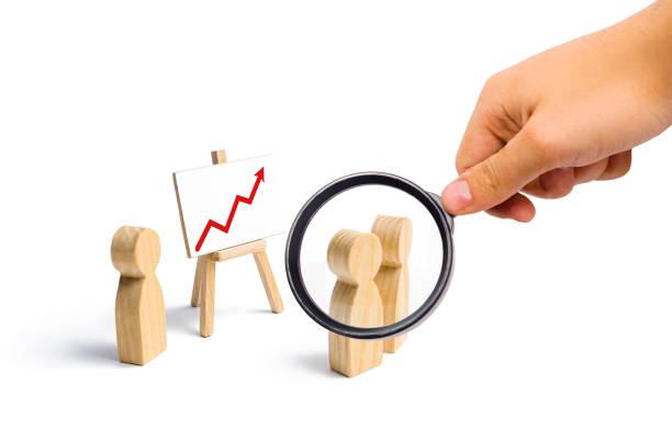 사람들이 모여 회의를 보면 지도자의 연설. 회의 또는 과거 기간에 대 한 보고서입니다. 분석 및 전략 계획입니다. 소득 및 이익 분석, 선택적 포커스 브리핑 - double exposure 뉴스 사진 이미지