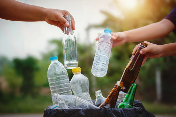 Menschen Hand halten Müllflasche Kunststoff und Glas in Recycling-Beutel für die Reinigung – Foto