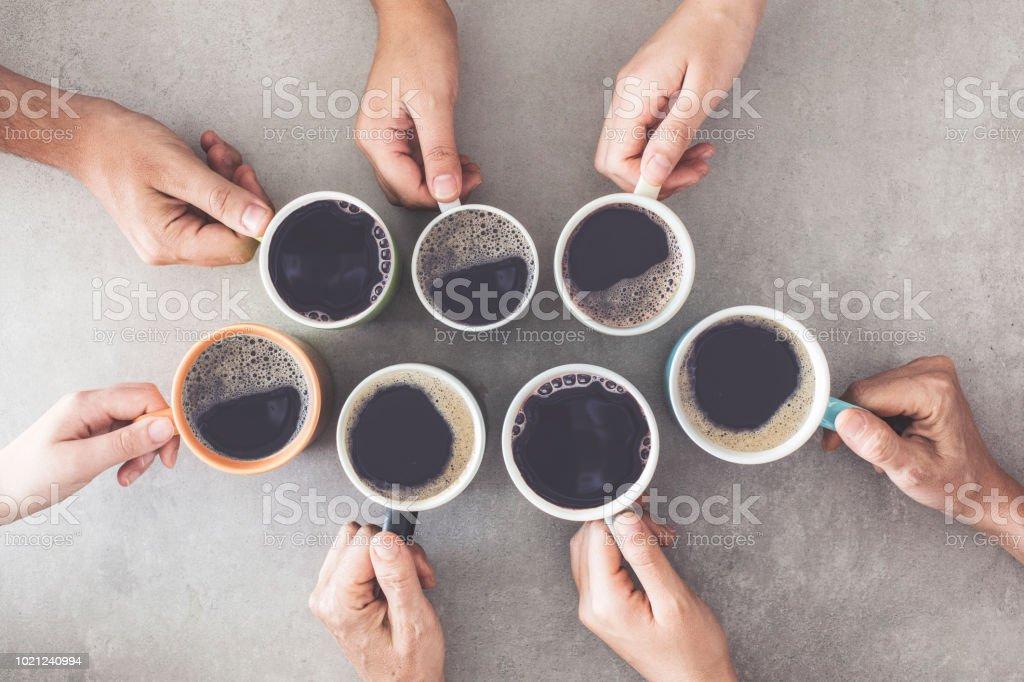 Manos de personas con tazas de café - foto de stock