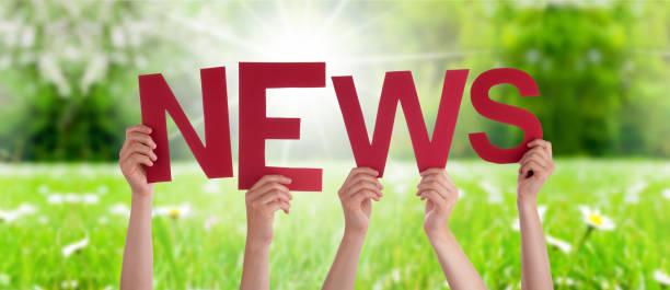 Menschen Hände Halten Word News, Gras Wiese – Foto