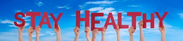 Menschen Hände halten Wort bleiben gesund, Blauer Himmel – Foto