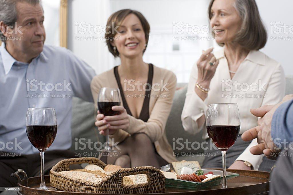 Pessoas com queijo e Vinho foto de stock royalty-free