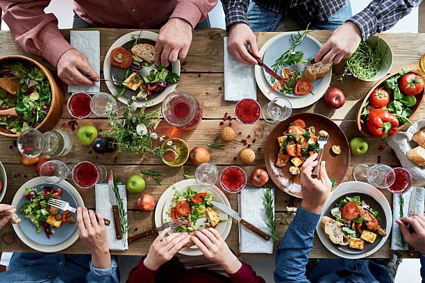 osób posiadające kolacji - jedzenie wegetariańskie zdjęcia i obrazy z banku zdjęć