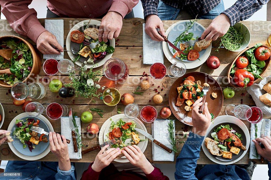 Pessoas com jantar - foto de acervo