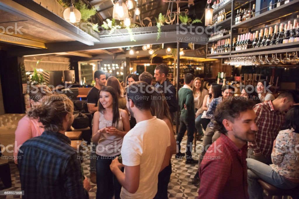 Menschen, die Getränke an der bar – Foto