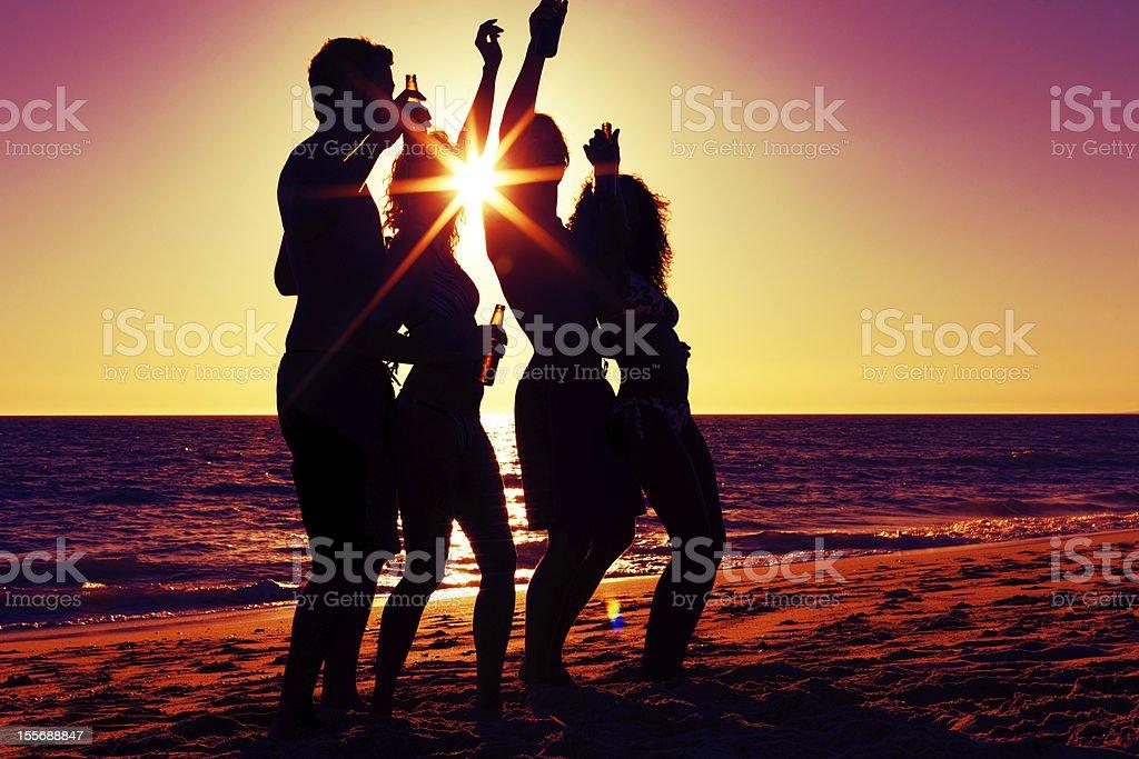 Personen, die party am Strand mit Getränken – Foto