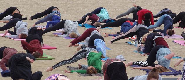 Mensen Die Ontspanning Yoga Oefening Scène Op Het Strand Stockfoto en meer beelden van Buigen - Lichaamsbeweging