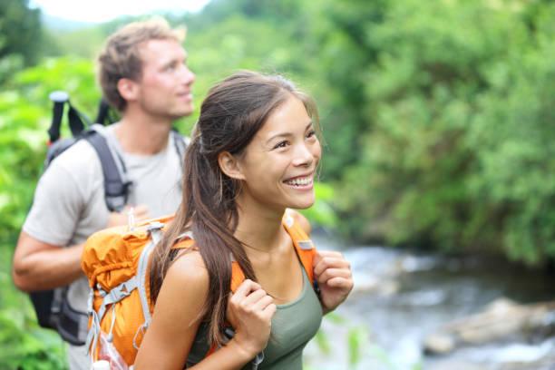 gente haciendo senderismo - feliz pareja excursionista en hawái - excursionismo fotografías e imágenes de stock