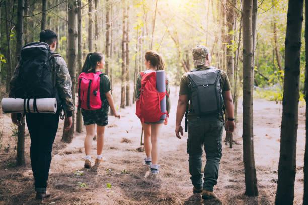 Leute mit Zelt im Wald wandern. – Foto