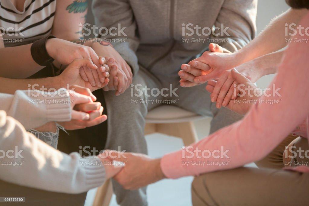 Gens tenant par la main de l'autre - Photo