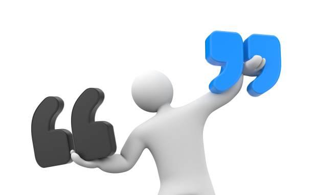 menschen halten zeichen zu zitieren. zitat-metapher - komma stock-fotos und bilder