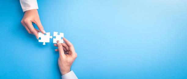 die leute halten ein puzzle in der hand. geschäftslösungen, erfolg und strategie. - puzzleteil stock-fotos und bilder