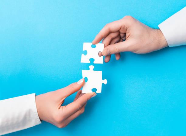 die leute halten ein puzzle in der hand. geschäftslösungen, erfolg und strategie. - scyther5 stock-fotos und bilder