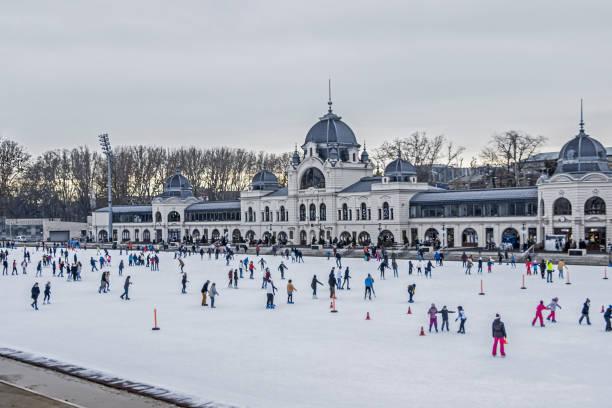 Menschen Eislaufen im Freien in Budapest – Foto