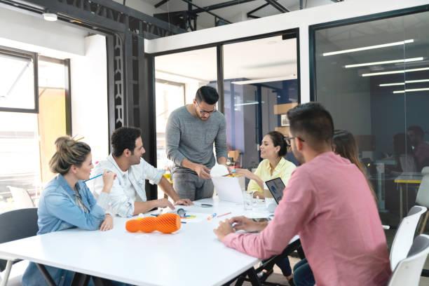 menschen in ein business-meeting im büro ein 3d-prototyp betrachten - prototype stock-fotos und bilder