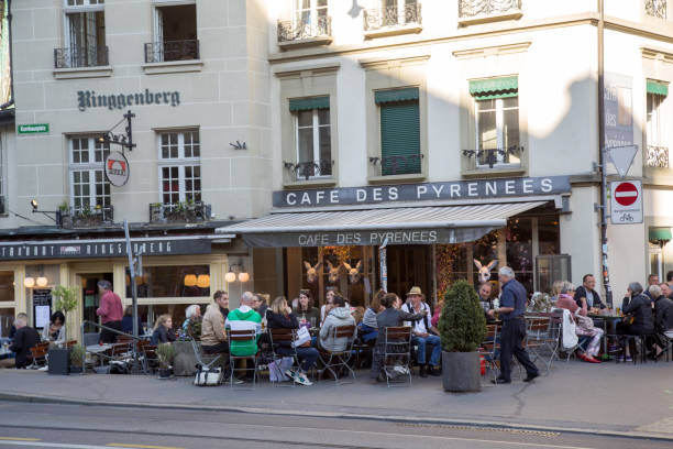 La gente en un café en Berna, Suiza - foto de stock