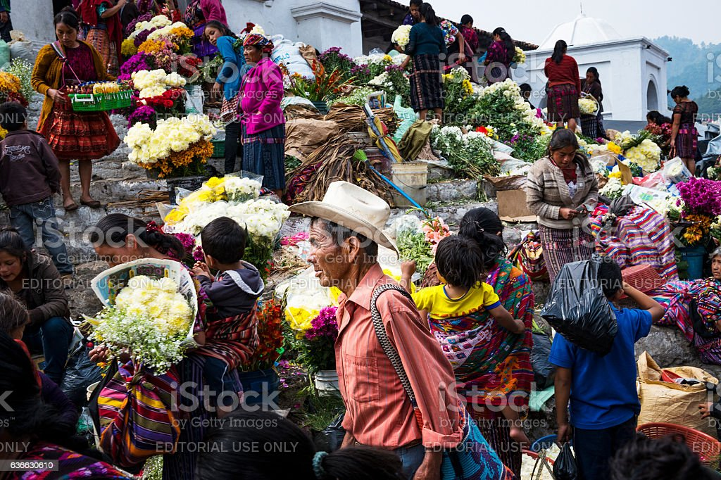 People in a street market in Chichicastenango, in Guatemala – Foto