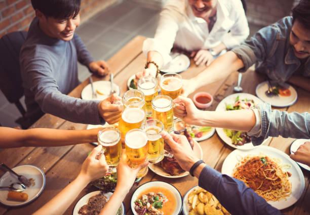 Personnes en Asie célèbrent la fête Ils trinquent verres à bière et dîner happy.top vue - Photo