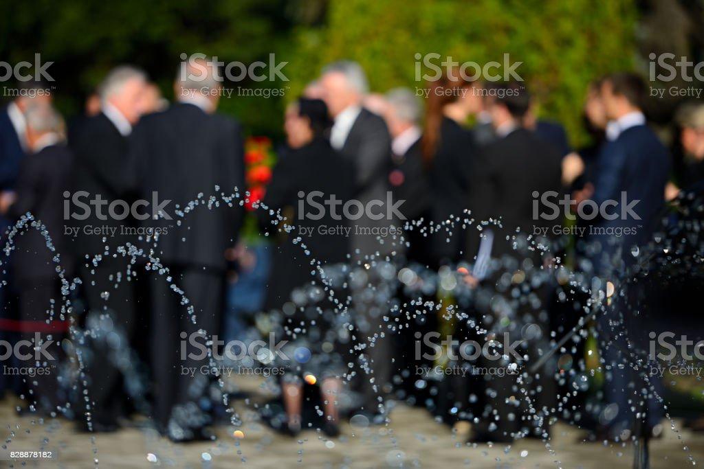 Menschen in Unschärfe in schwarzen Anzügen auf Beerdigung – Foto