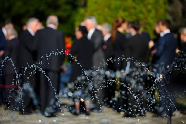 personas en blur con trajes negros en funeral - duelo fotografías e imágenes de stock