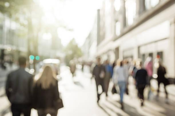 persone di bokeh, centro di londra - city walking background foto e immagini stock