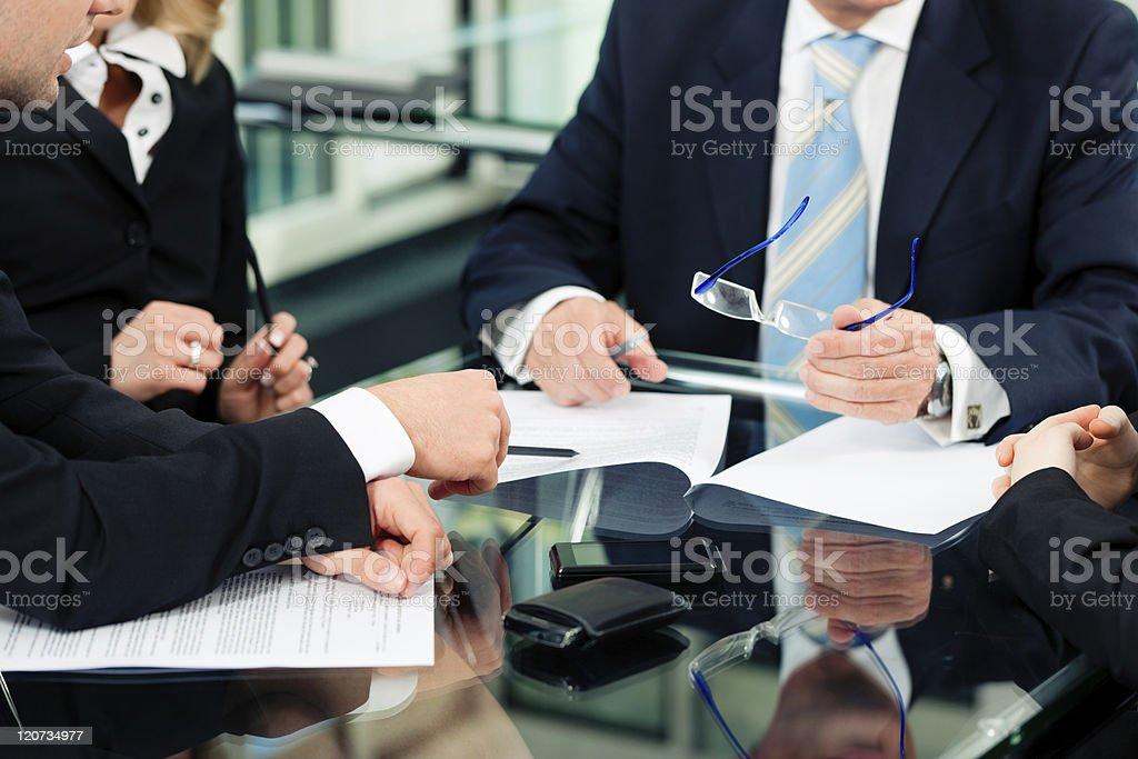 Menschen im business-Anzug mit Papierkram an der Rezeption – Foto