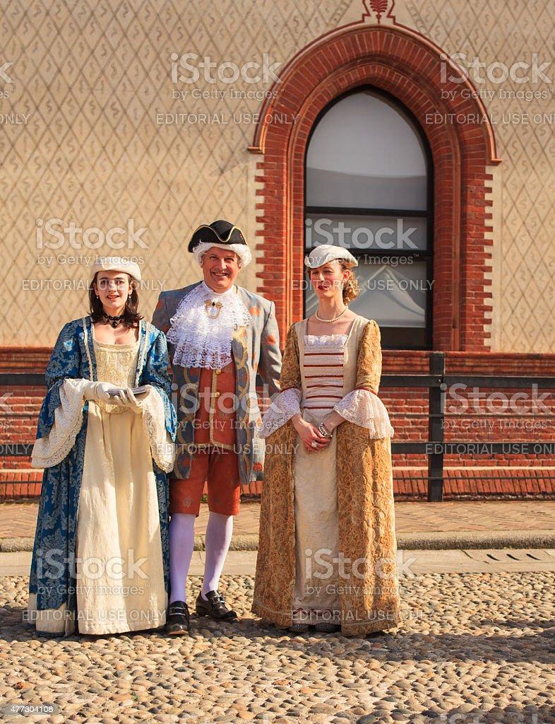 Pessoas em roupas do século XVIII - foto de acervo