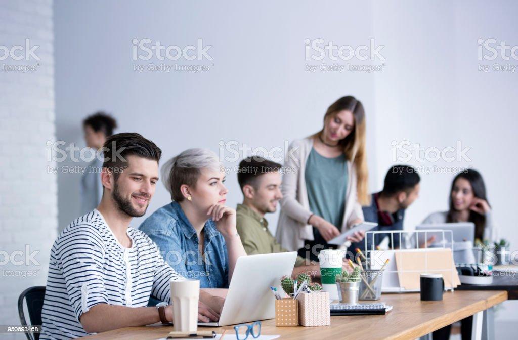 Personas en la oficina de espacios abiertos - foto de stock