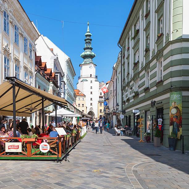 menschen in outdoor-restaurants in bratislava - engelportal stock-fotos und bilder