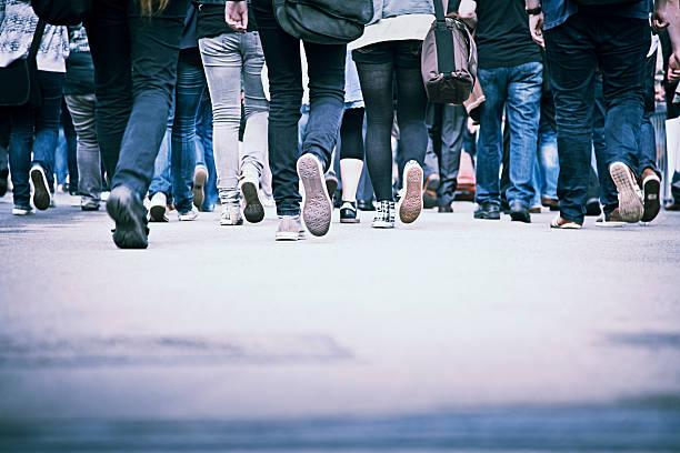 menschen in der rush hour - fußgängerzone stock-fotos und bilder
