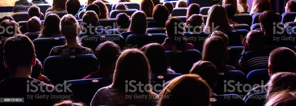 Pessoas no auditório assistindo o desempenho - foto de acervo