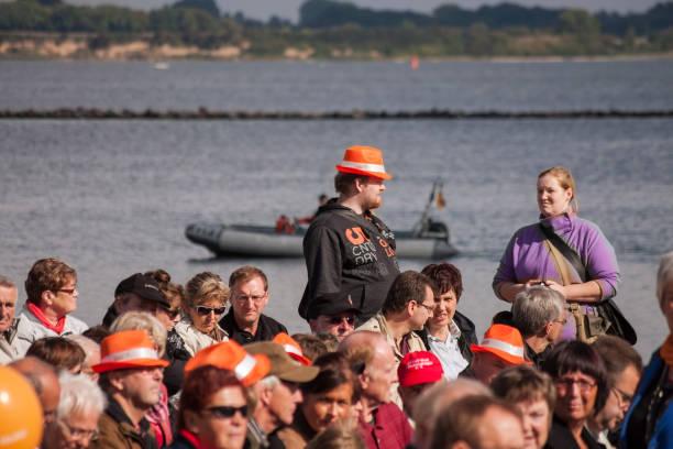 menschen im den hafen von stralsund während merkel's besuchen - merkel cdu stock-fotos und bilder