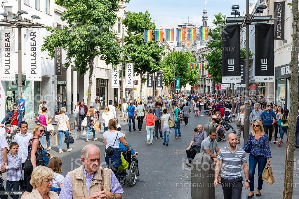Les gens dans la rue commerçante principale d'Anvers, Belgique - Photo