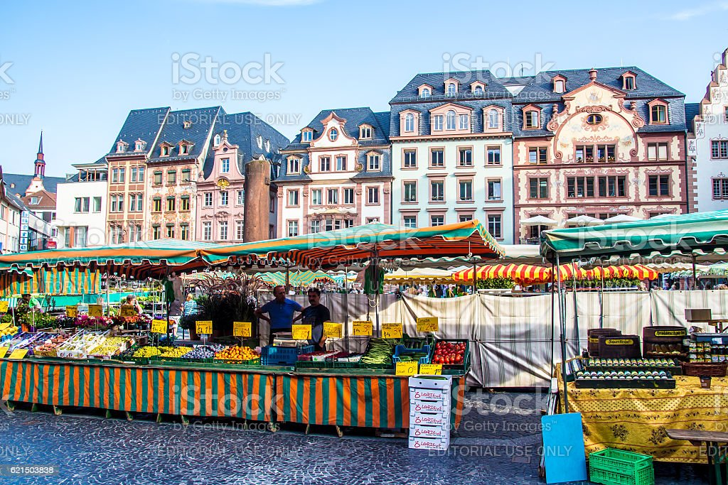 people in the typical market in the old town of Mainz Lizenzfreies stock-foto
