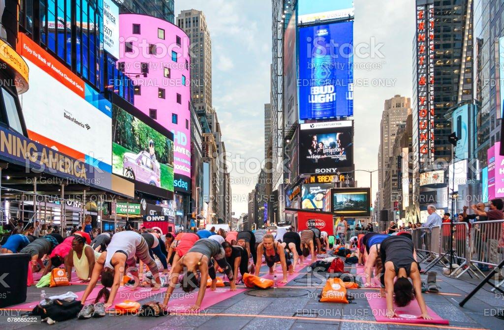 İnsanlar yoga yıllık konsantrasyon Times Square, New York City, Amerika Birleşik Devletleri stok fotoğrafı