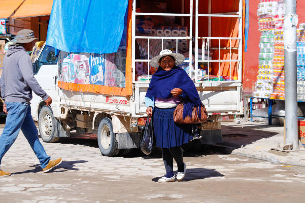 Menschen in typisch bolivianischen Kleidung. Uyuni, Bolivien – Foto