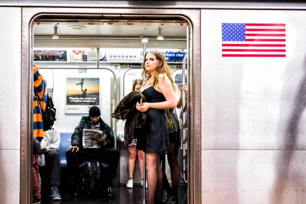 die menschen in unterirdischen plattform transit in nyc subway station auf pendeln mit dem zug, frau leute in halloween-kostümen mit offener tür - festzugskleidung stock-fotos und bilder