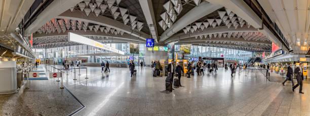 mensen binnenkant van frankfurt international airport in de vertrekhal - luchthaven frankfurt am main stockfoto's en -beelden